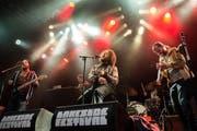 Nach einem Jahr Pause findet im nächsten Juli das Lakeside Festival in Hergiswil wieder statt. Im Bild: der Schweizer Rapper Skor beim Auftritt im Juli 2014. (Bild: Roberto Conciatori)