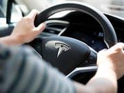 Rekord bei Tesla: Seit Jahresbeginn hat der Elektroautobauer rund 25'000 Neuwagen ausgeliefert. (Archivbild) (Bild: KEYSTONE/GAETAN BALLY)