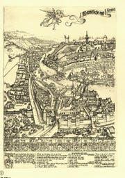 Als Martin Martini 1597 seinen Luzerner Stadtprospekt anfertigte, waren die Hochwasserschäden bereits behoben. Die Spreuerbrücke ist die linke der zwei Brücken, das Zeughaus liegt links davon. (Bild: Karte Staatsarchiv Luzern)