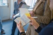 Die Stadt Zug will weiterhin Deutschkurse für Menschen mit Migrationshintergrund anbieten. (Symbolbild: Keystone/Gaetan Bally)