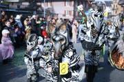 Tierische Zeiten: Eine Zebrafamilie am Rothenburger Umzug. (Bild Nadia Schärli/Neue LZ)