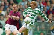 Trat 2002 wegen Morddrohungen aus der nordirischen Nationalmannschaft zurück: Neil Lennon (re.) im Dress seines Clubs Celtic Glasgow. (Bild: AP (Glasgow, 10. Mai 2003))