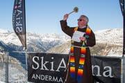 Pfarrer Marzell Camenzind segnet die neue Anlage. (Bild: PD)