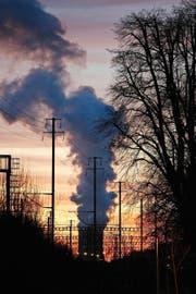 Der Kühlturm des Atomkraftwerks Gösgen dampft in der Abenddämmerung. (Bild: Keystone/Alessandro Della Bella)