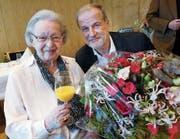 Therese Fässler wurde gestern zum 100. Geburtstag beglückwünscht von Stadtpräsident Dolfi Müller. (Bild: Werner Schelbert (Zug, 5. Januar 2018))