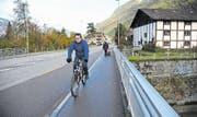 Wo heute auf der Ostseite der Gotthardstrasse ein Trottoir zur Verfügung steht, sollen dereinst – zusätzlich zum Fussweg – separate Velospuren verlaufen, damit das Befahren des geplanten Kreisels Schächen vermieden werden kann. (Bild: Urs Hanhart (Schattdorf, 24. Oktober 2017))