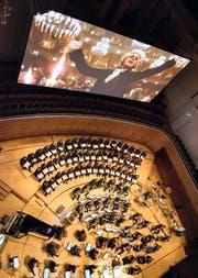 Mozart dirigiert als «Amadeus» im KKL das 21st Symphony Orchestra mit Chor (Leitung: Ludwig Wicki). (Archivbild: Priska Ketterer)