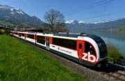 Ein Zug der Zentralbahn fährt dem Sarnersee entlang. (Bild: Keystone / Urs Flüeler)