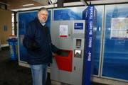 Harald Woermann am Billettautomaten beim Bahnhof Sarnen. (Bild Primus Camenzind/Neue OZ)