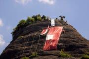 Die grosse Schweizerfahne wird jedes Jahr oberhalb von Vitznau aufgehängt. (Bild: Archiv Neue LZ)