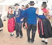 Urner und Glarner Trachtenleute stellen beim Tanz ihr Können unter Beweis. (Bild: Franz Imholz (Urnerboden, 6. August 2017))