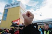 Eine Kundgebung vor dem Amazon-Standort in Leipzig. (Bild: Sebastian Willow/Keystone (24. November 2017))