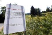 Im Kanton Zug wurden gestern Gefahrentafeln aufgestellt – wie hier im Hürital bei Unterägeri. (Bild Werner Schelbert)