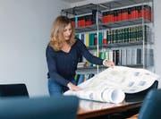 Familia-Vorstandsmitglied Josefine Ziegler schaut sich die neusten Pläne der «Familia-Häuser» in der Zuger Gartenstadt an. (Bild: Stefan Kaiser (1. November 2018))