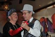 Rita Durrer und Ueli Gubler schwingen an der Seniorenfasnacht in Kerns das Tanzbein. (Bild Matthias Piazza/Neue OZ)