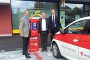 Christian Bircher (links), Direktor vom EWN, Beat Plüss (Mitte), Gemeindepräsident von Stansstad und Renato Fasciati (rechts), Geschäftsführer der Zentralbahn bei der Eröffnung der Elektrotankstelle in Stansstad. (Bild: PD)