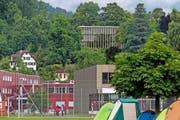 Unsere Bildmontage zeigt das Provisorium der Bank bei den Schulanlagen Cher (links) und den geplanten Neubau (Visualisierung) anstelle der heutigen Landenberg-Villa. (Bild: Bildmontage Ohrengrübel)