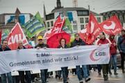 Die 1. Mai-Demo führt in Luzern über die Seebrücke. An vorderster Front mit dabei: Felicitas Zopfi (dritte von rechts). (Bild Pius Amrein)