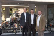 Zentralbahn-Geschäftsführer Renato Fasciati, Baudirektor Hans Wicki und Gemeindepräsident Beat Plüss vor den neuen Veloparkplätzen beim Bahnhof Stansstad. (Bild PD)