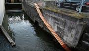 Bei der Untermühle an der Lorze können Biber nun mittels einer treppenartigen Rampe das Kraftwerk umgehen. (Bild: Stefan Kaiser (Cham, 2. Februar 2018))