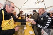 Stadtpräsident Beat Züsli serviert eine Suppe für FCL-Stürmer Marco Schneuwly. (Bild: Eveline Beerkircher)
