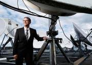 Der Direktor der Wasserwerke Zug, Andreas Widmer, inmitten von Satellitenschüsseln auf dem Dach des Hauptsitzes in Zug. (Bild Stefan Kaiser)