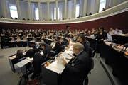 Trotz Protesten der Grünen und der SP, die den Saal verliess: Das Parlament nahm das Buget mit grossem Mehr an. (Bild: Pius Amrein / Neue LZ)