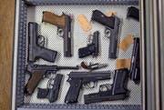 Bei der Fahrzeugkontrolle in Uri wurden Waffen sichergestellt. Im Symbolbild: Waffen in einer Werkstatt in Menznau. (Bild: KEYSTONE/Martin Ruetschi)