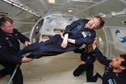 Hawking bei einem Zero-G-Flug, der Schwerelosigkeit simuliert. (Bild: AP (26. April 2007))