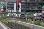 Der Bund unternimmt einen ersten Schritt fürs Mobility-Pricing. Im Bild zu sehen: die Autobahnausfahrt Baar. (Bild: Stefan Kaiser (20. Mai 2015))