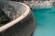 Über die zukünftige Energieversorgung der Schweiz wird derzeit in Bern heftig debattiert. Im Bild: der Zervreila-Stausee in Vals. (Bild: Keystone/Gian Ehrenzeller)