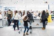 Laut einer Studie der Credit Suisse lohnt sich der Einkauf im Ausland erst ab 600 Franken. (Bild: Ennio Leanza/Keystone (Konstanz, 17. Januar 2005))