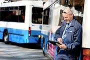 Ab diesem Sommer können sich die VBL-Chauffeure mit einem eigenen Tablet informieren – so wie gestern Lutz Jacobs in seiner Pause bei der Bushaltestelle Maihof. (Bild Nadia Schärli)