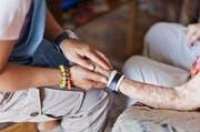 Eine Mitarbeiterin der Spitex besucht eine ältere Frau bei ihr Zuhause (Symbolbild). (Bild: KEYSTONE/Gaetan Bally)