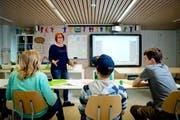Die obligatorischen Schulen werden immer teurer - auch in der Zentralschweiz. Im Symbolbild: Eine Lehrerin unterrichtet in einer Schule in Luzern. (Symbolbild/ Philipp Schmidli / Neue LZ)