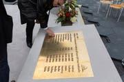 Die Gedenktafel zu Ehren der neun verstorbenen Mineure wurde am Dienstag enthüllt. (Bild: Keystone)