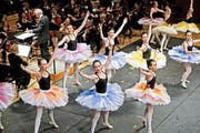 Die Tänzerinnen des Ballettstudios Scheitlin und der Ballettschule Uri sorgten gestern im KKL für farbige Akzente. (Bild: Pius Amrein / Neue LZ)