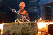 Ein Mitarbeiter von Schmolz + Bickenbach bei der Produktion beim Walzwerk. (Bild: Eveline Beerkircher / Neue LZ)