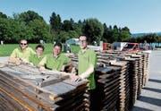 Georges Helfenstein, Rebecca Jordi, Michael Huwiler und Pascal Kupper (von links) beim Aufbau. (Bild: Stefan Kaiser (Cham, 23. August 2017))