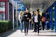 Predrag Bekcic (links) und Gabriela Shabo freuen sich auf ihr neues Leben als Studenten. Hier sind sie am Departement Technik und Architektur der Hochschule Luzern in Horw zu sehen. (Bild Philipp Schmidli)