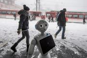 """Der Roboter """"Pepper"""" der Hochschule Luzern wird bei der Bergstation Rigi Kaltbad getestet. Sein gleichnamiger Bruder und er sollen den Rigi-Touristen Auskunft geben. (Bild: Pius Amrein, Rigi-Kaltbad , 16.12.2017)"""
