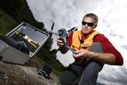 In einer Rinne am Westhang des Rossbergs oberhalb der SBB-Strecke Zug–Arth-Goldau lässt der SBB-Inspektor Heinz Müller eine Drohne fliegen. (Bild: Stefan Kaiser (Arth, 21.August 2017))