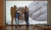Anders Guggisberg und Andres Lutz inmitten ihrer Installationen in den Ausstellungsräumen der Edizioni Periferia in Luzern. (Bild: Gianni Paravicini/PD)