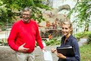 Die Historiker Jürg Stadelmann und Giulia Schiess vor dem Löwendenkmal. (Bild: Alexandra Wey/Keystone (Luzern, 8. August 2017))