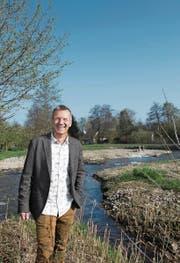 Kurt Eichenberger vom WWF am Ufer des revitalisierten Aabachs. (Bild: Corinne Glanzmann (Mosen, 8. April 2017))