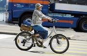 E-Bikes helfen verhindern, dass der Bewegungsradius im Alter immer kleiner wird. (Bild: Walter Bieri/Keystone (Zürich, 16. August 2012))