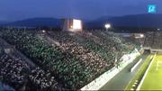 Fans des japanischen Fussballklubs Matsumoto Yamaga feuern ihre Mannschaft vor einem Spiel gegen den Thespakusatsu Gunma an. (Bild: Jonas von Flüe / Neue LZ)