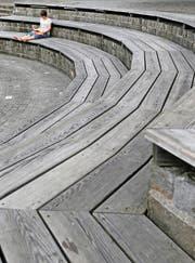 Die Holztreppe von Tadashi Kawamata auf dem Zuger Landsgemeindeplatz. (Bild: Stefan Kaiser)