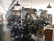 Der Zeitungstext entstand bei der «Schwyzer Zeitung» noch bis in die 1980er-Jahre Bleizeile für Bleizeile (kleines Bild) an Linotype-Setzmaschinen. (Archivbild Neue Schwyzer Zeitung)