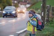 Selina Portmann (6) an der Kantonsstrasse Richtung Werthenstein. (Bild: Nadia Schärli (Ruswil, 30. Oktober 2017))